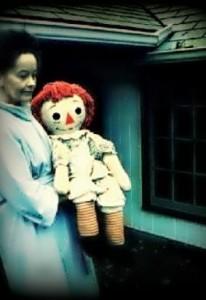 Annabelle je zo začiatku len obyčajná bábika.