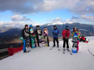 Okrem lyžovania bola aj možnosť si vybrať snowboard. (FOTO: Žiaci našej školy)